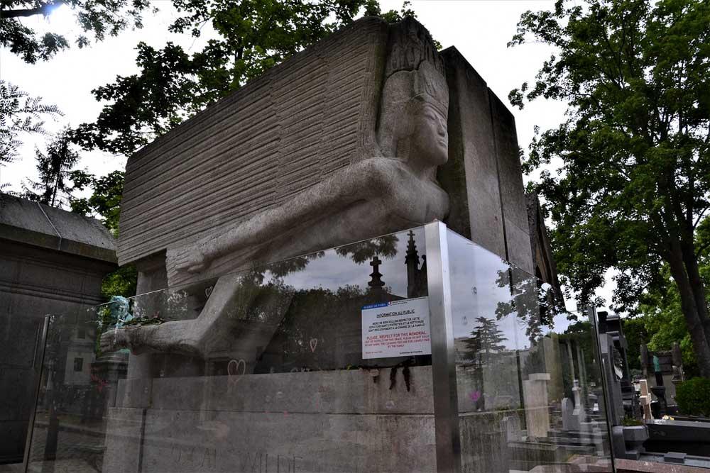 Oscar Wilde's Grave -Paris, France - cringe worthy tourist attractions